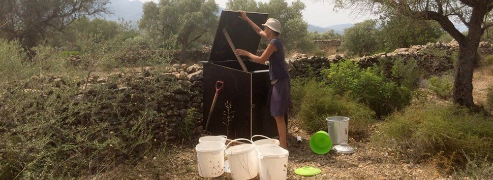 Finca Feliz - Pauline empties the first buckets of poop